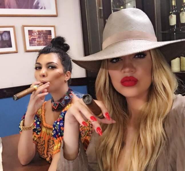 Petit cigare cubain pour Kourtney et Khloé Kardashian sur place...