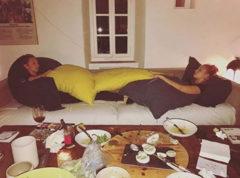 Les fins de soirée chez les Lamy se font sur le canap', sous les oreillers.