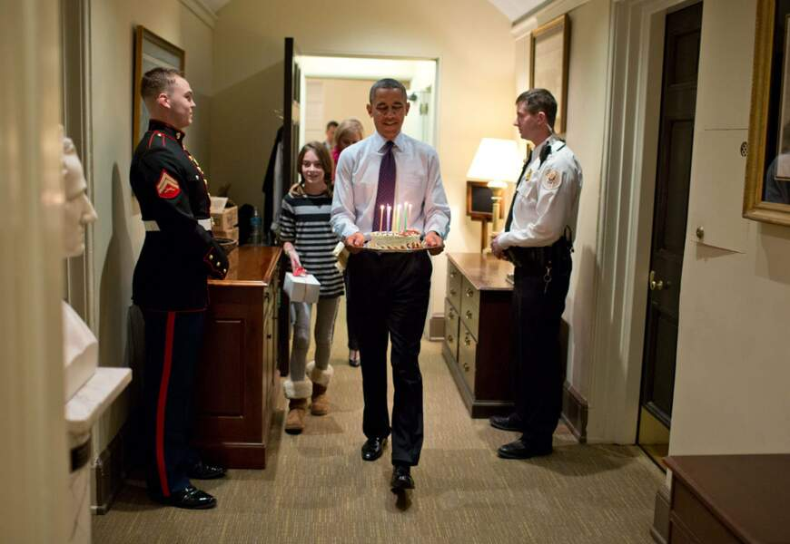 Barack Obama célèbre l'anniversaire de l'un de ses conseillers... en lui apportant lui-même son gâteau