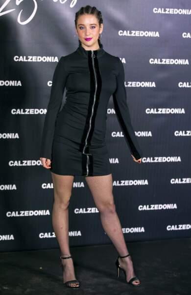Coiffure et tenue radicalement différentes pour l'actrice Maria Pedraza