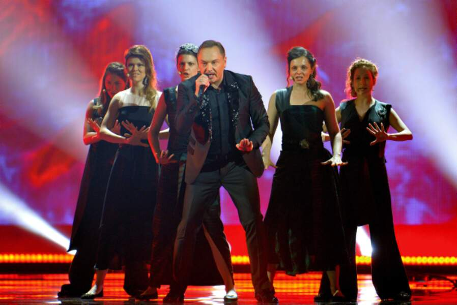 Le candidat du Monténégro Knez et ses danseuses... qui font presque peur
