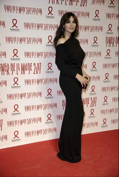 Monica Bellucci tout en noir