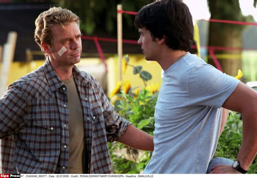 Le père de Clark, Jonathan, est incarné par John Schneider
