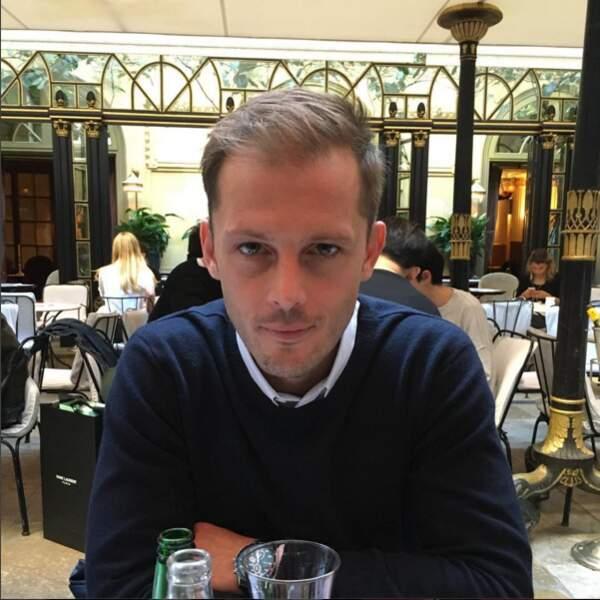 Nicolas Duvauchelle a l'air sous le charme... Et on comprend !