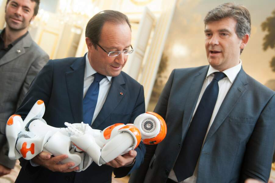 Septembre 2013 : Emu, François Hollande berce le robot Nao, Arnaud Montebourg n'en perd pas une miette !