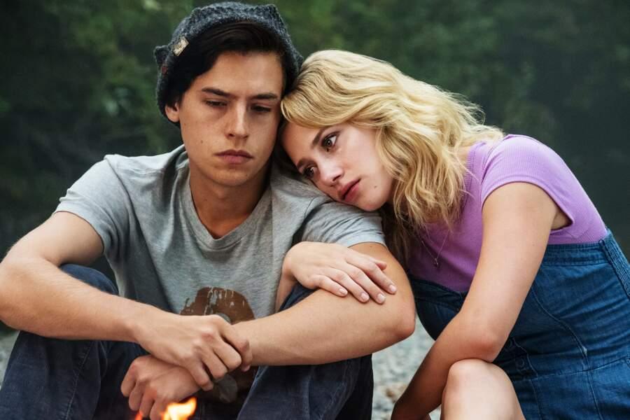 """""""Jughead"""" Jones III (Cole Sprouse) et """"Betty"""" Cooper (Lili Reinhart). L'amour va-t-il résister aux épreuves ?"""