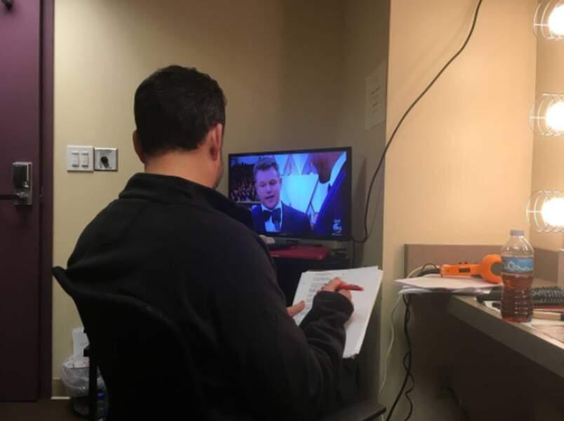 Jimmy Kimmel regarde le tapis rouge avant le show