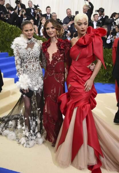 Chrissy Teigen, Georgina Chapman et Rita Ora pas vraiment sobres (et on ne parle pas de consommation de champagne).