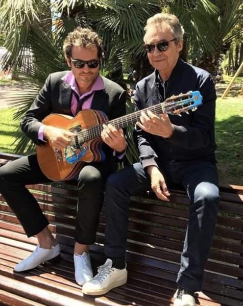 Michel Denisot prend un court de guitare particulier avec M