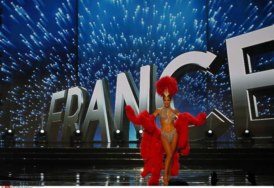 Mais la Française, qui avait fait sensation avec son costume du Moulin Rouge dévoilé 2 jours plus tôt, l'a emporté