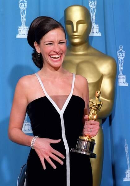 2001, consécration pour Julia, Oscar de la meilleure actrice pour son rôle d'Erin Brockovich dans le film éponyme.