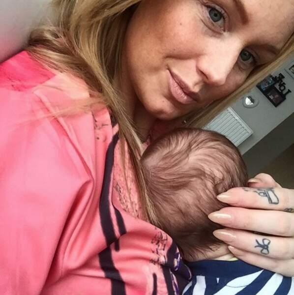 Aurélie Van Dealen et son petit bébé ! L'ancienne candidate a choisi de ne jamais montrer son minois.