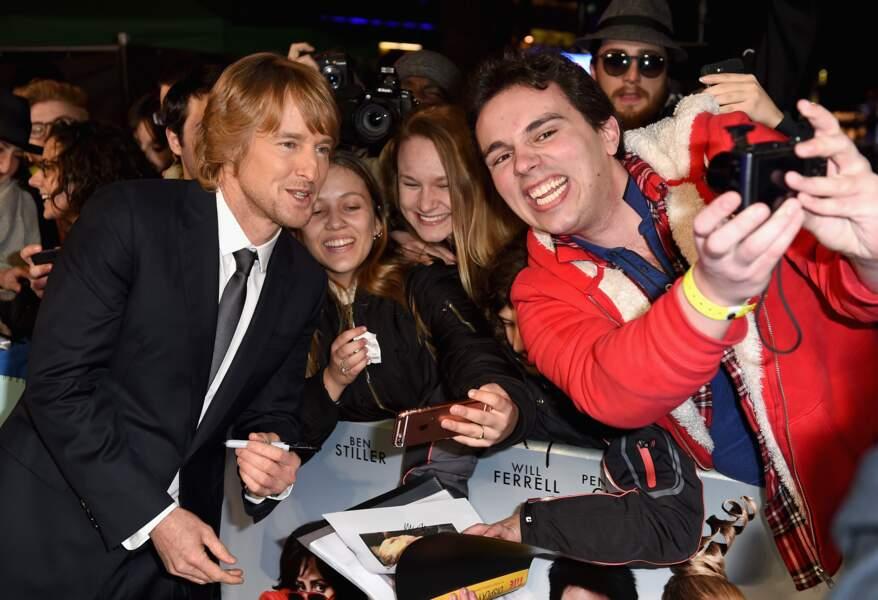 Avec un costume aussi chic, cela vaut bien un petit selfie avec un fan !