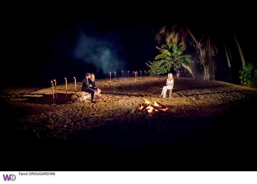 Marie (41 ans) et Julien (27 ans) lors d'un feu de camp de l'Île de la tentation 2019