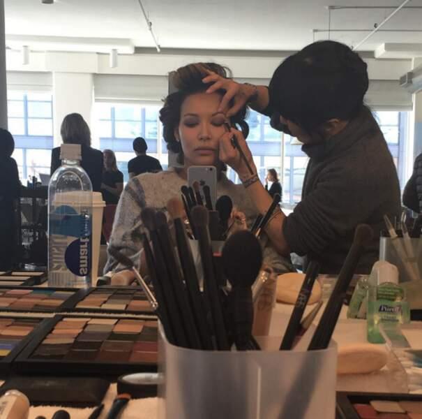 Naya Rivera (Glee) en pleine séance make-up.