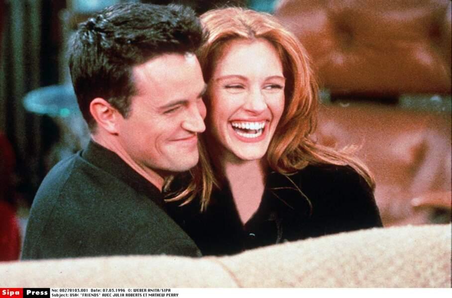 Avec Matthew Perry, Julia restera presque 1 an. Ici dans un épisode de Friends