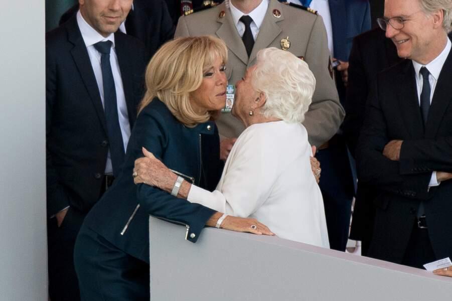 La première dame a claqué la bise à tout va. On l'a ainsi vue embrasser Line Renaud, venue assister au défilé