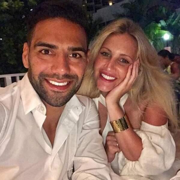Tous deux vêtus de blanc, ils ont posé fièrement pour un beau selfie