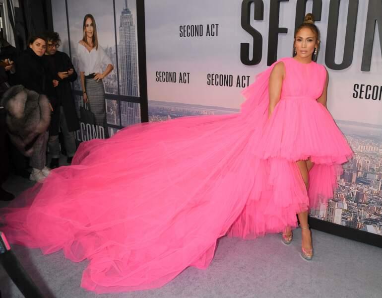 C'est une création du styliste Italien Giambattista Valli que portait J-Lo à la première du film Seconde Chance.