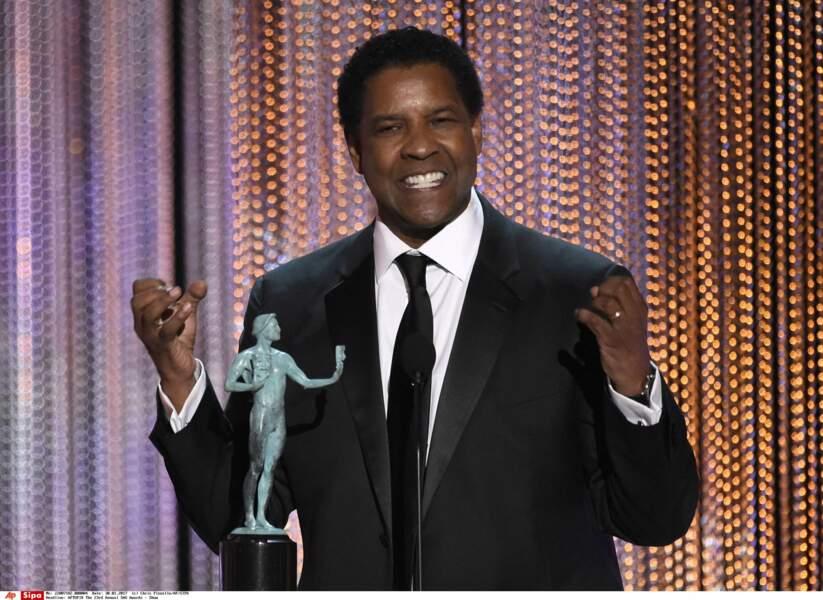 Denzel Washington opte lui pour une petite variante : le noeud papillon laisse place à la cravate !