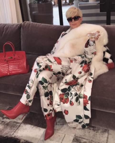Surprise ! Kris Jenner est passée au blond platine, comme sa fille Kim.