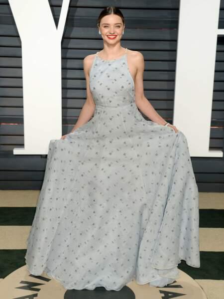 Mais sa robe, de face, ne fait pas l'unanimité...
