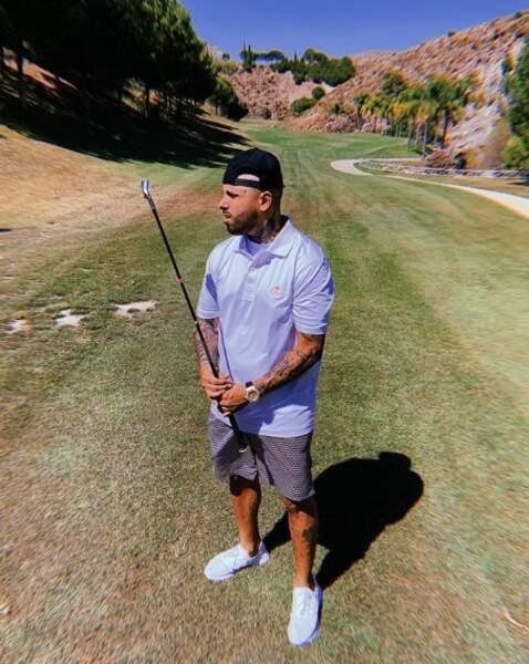 Quelqu'un pour dire à Nicky Jam qu'un club de golf se tient dans l'autre sens ?