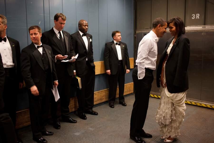 Le couple Obama partage un moment d'intimité avant le bal inaugural en 2009
