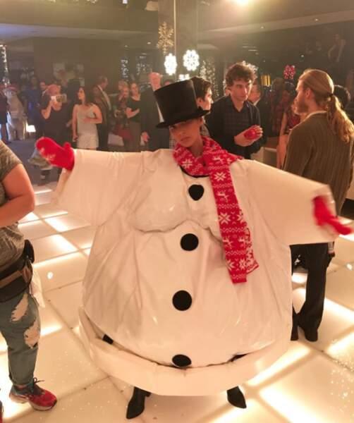 L'actrice Olivia Munn a enfilé son costume de bonhomme de neige.