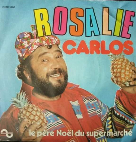 Chemise bariolée, collier à fleurs, ananas-maracas : Carlos réinterprète à sa façon la mode seventies.