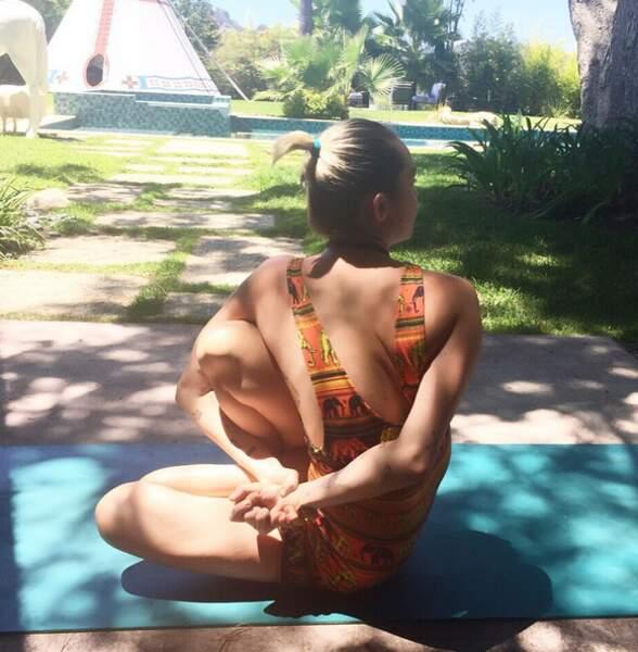 Miley Cyrus s'essaie au Yoga