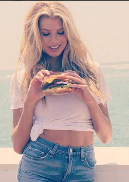 Alors Charlotte, tu manges ce burger ou pas ?