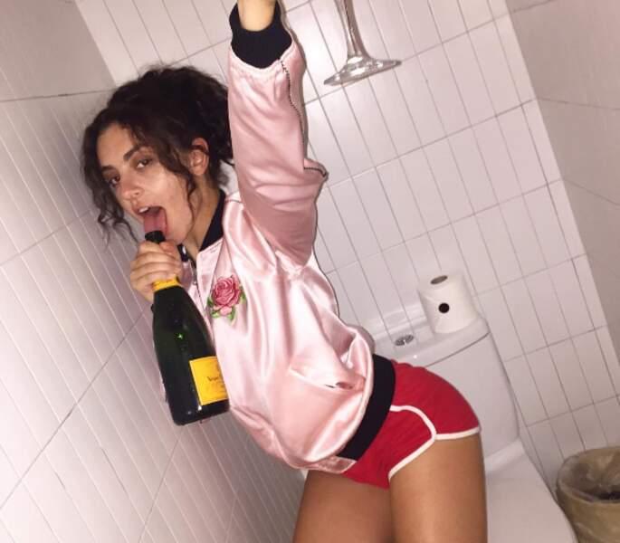 Et Charli XCX avec son champagne aux WC. NORMAL.
