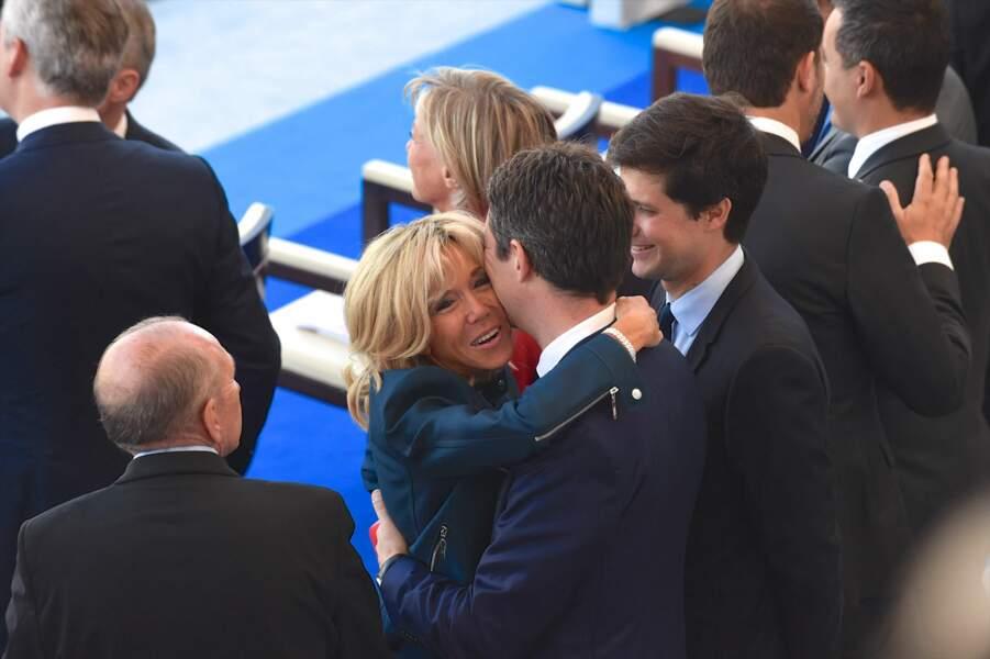 Brigitte Macron a aussi chaleureusement embrassé Benjamin Griveaux, soutien de la première heure d'Emmanuel Macron