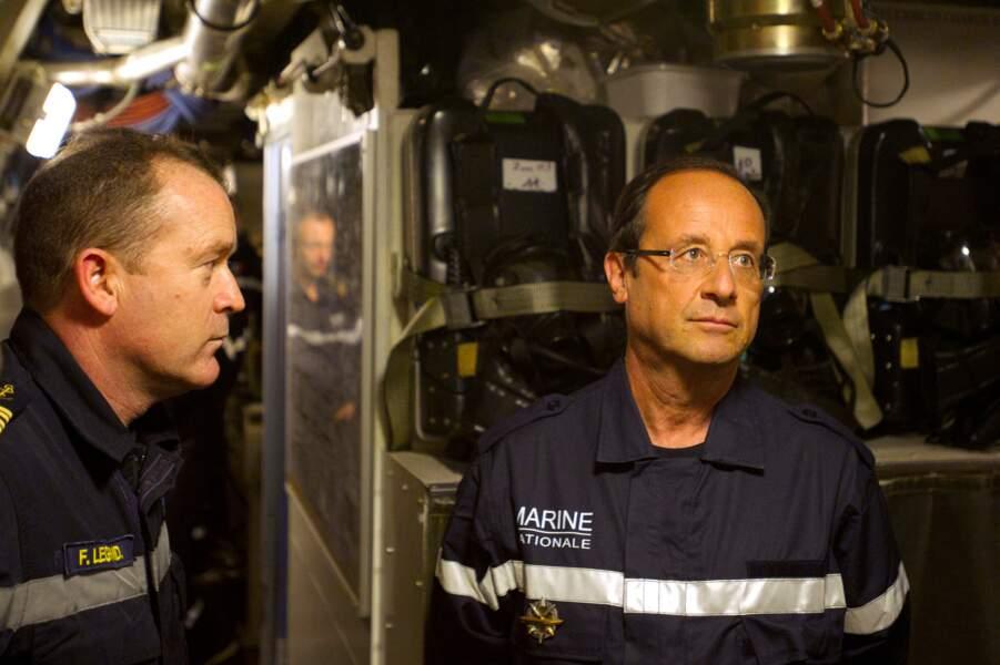 Juillet 2012 : François Hollande, concentré, visite le sous-marin nucléaire Le Terrible