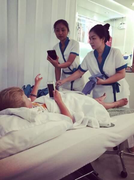 Et il a même droit à un massage ! Comme maman, il ne lâche pas pour autant son téléphone...