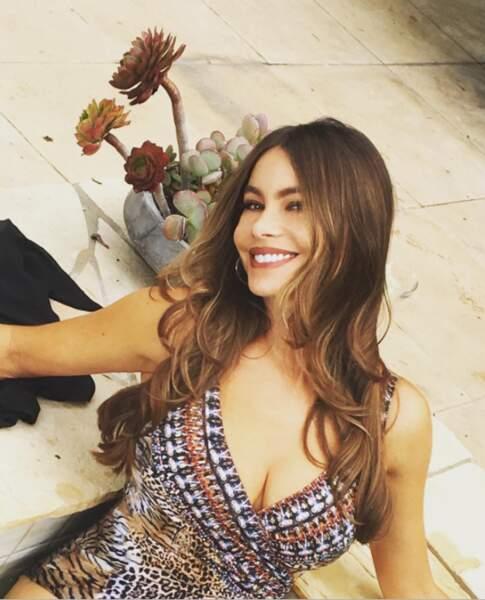 Décolleté XXL pour Sofia Vergara sur le tournage de Modern Family.