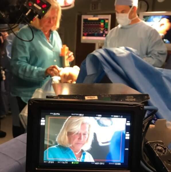 Voici Linda, qui supervise la partie chirurgicale de la série