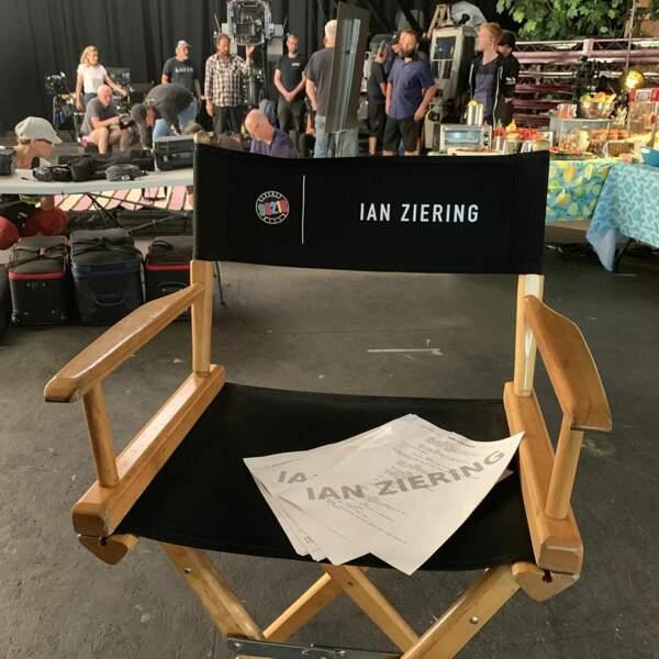 Quand il ne montre pas sa chaise de tournage à ses fans.