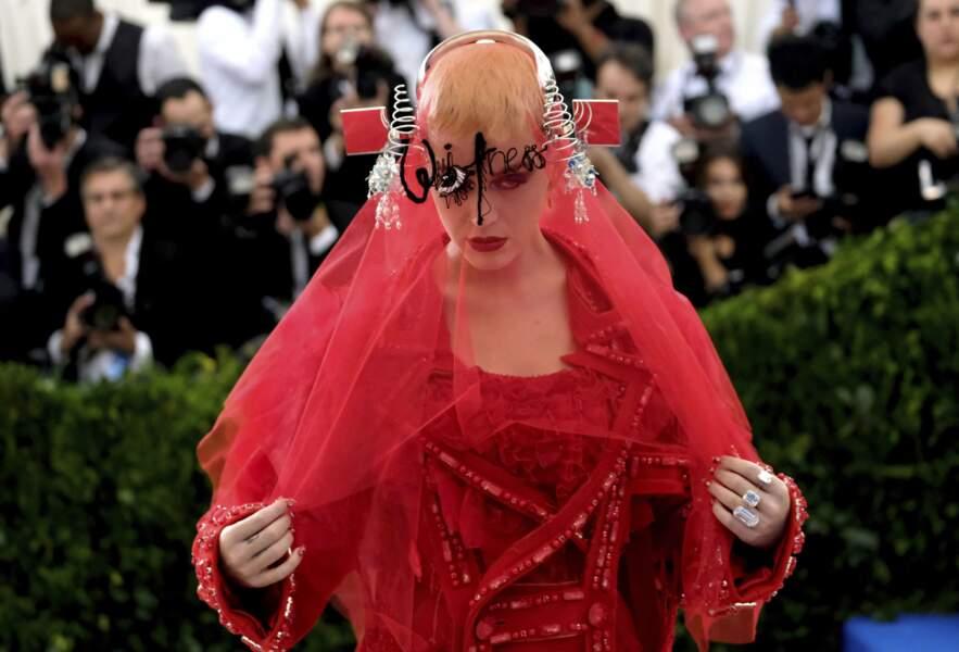 Katy Perry joue à cache cache.