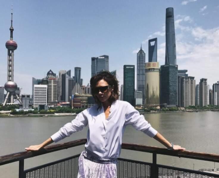 Pas loin de là, Victoria Beckham continuait de faire la grève du sourire à Shanghai.