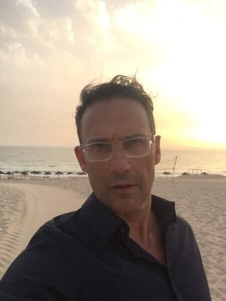 Pas de doute : Julien Courbet n'est pas avare en selfies !