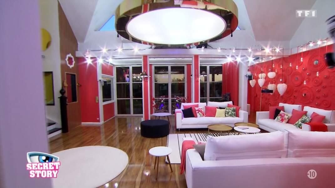 Voici le salon rouge de la Maison des secrets