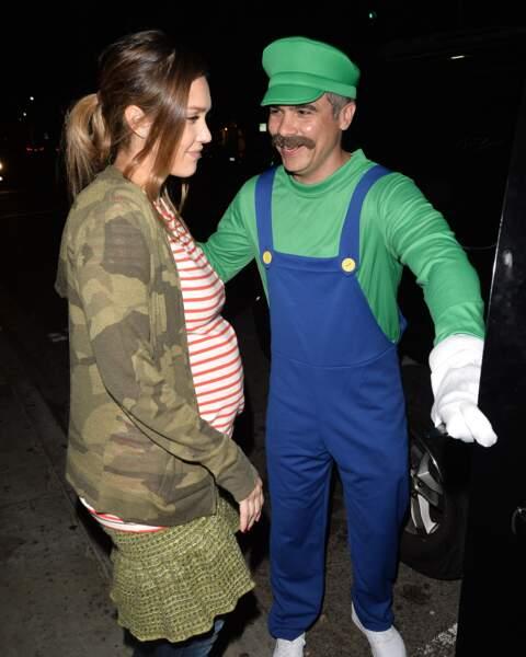 Jessica Alba a accompagné Cash Warren, déguisé en Luigi du jeu vidéo Super Mario, à la soirée de Kelly Rowlands