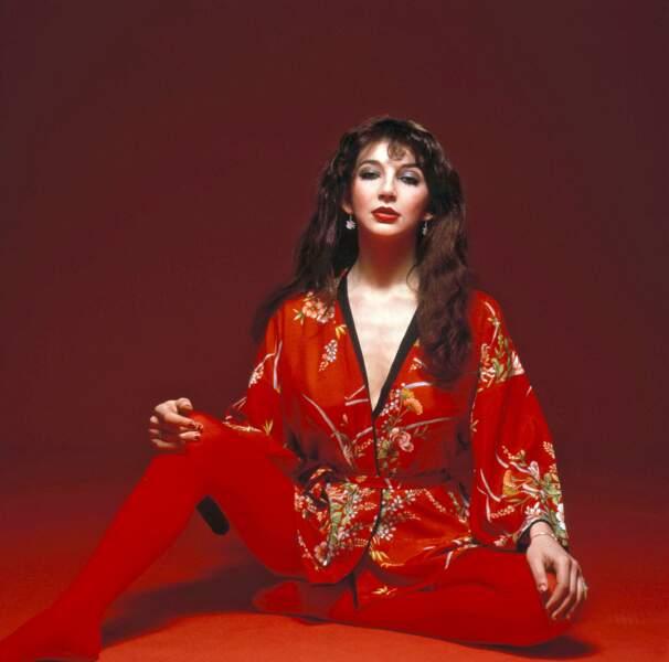 Voix de soprano, robe romantique, choré théâtrale : le grain de folie Kate Bush en pleine vague punk.