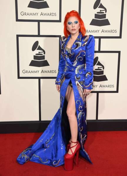 Lady Gaga en tenue bowiesque