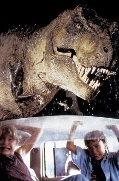 Son petit-frère Tim est, contrairement à sa soeur, passionné de dinosaures et assez courageux