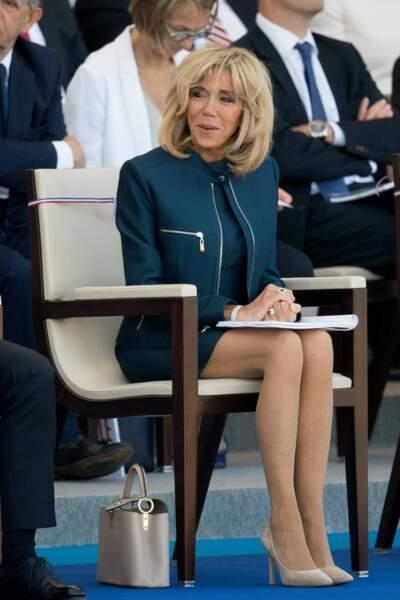 Heureusement, pour la tendresse, il y avait Brigitte Macron, toutes jambes dehors dans un tailleur marine épuré