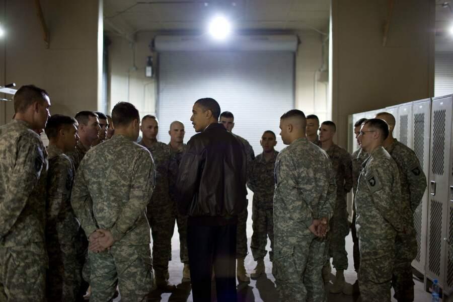 Début décembre, il rend visite aux troupes en Afghanistan