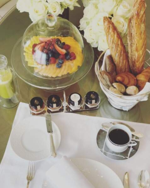 """Bien arrivée Eva Longoria profite déjà d'un bon petit déjeuner """"à la française"""""""